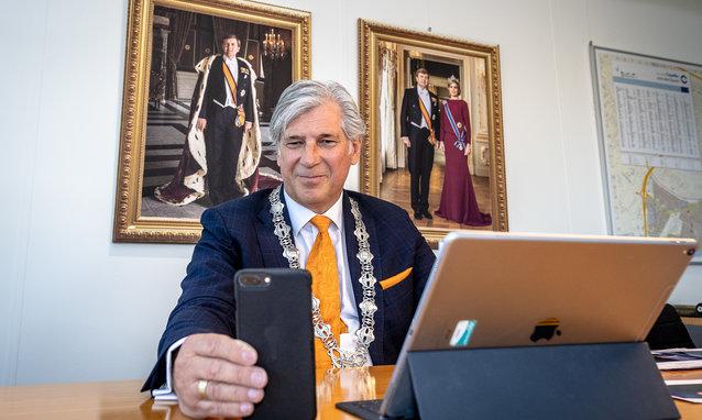 Burgemeester Oskam van Capelle via facetime voor lintjesregen